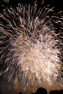 bouquet final du feu d'artifice de la fête du lac d'Annecy